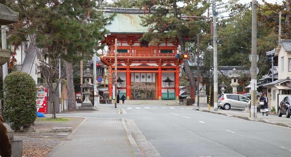 京都市北区紫野 今宮神社 正面の門