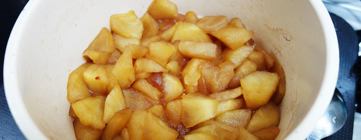 アップルパイの制作手順。切った林檎を煮る。