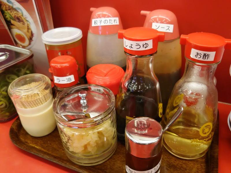 京都北白川 ラーメン 魁力屋 北山店のテーブルの上の調味料