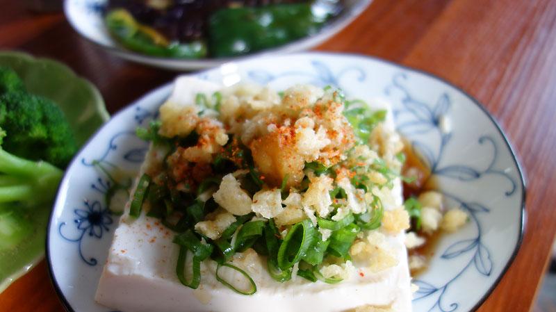 豆腐に ネギと天かす 七味。