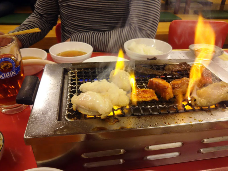 アジェで焼肉。アミの上で焼けるホソ。天肉も美味しい。