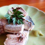 鯖缶はくるねこさんにならって酢をかけてわさびで食べる。