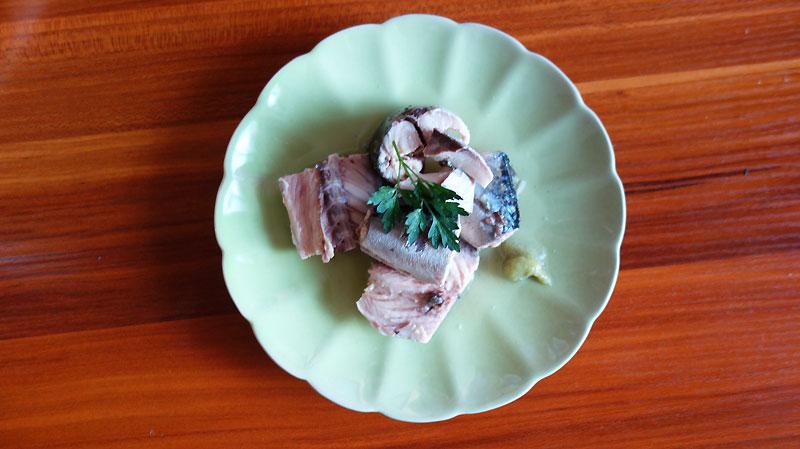 こちらは150円鯖缶。身はしっかり。美味しいけれどちょっとパサつく。