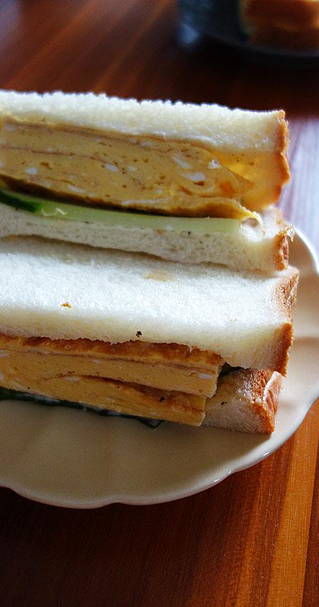 お昼ごはんにだし巻きサンドイッチ。