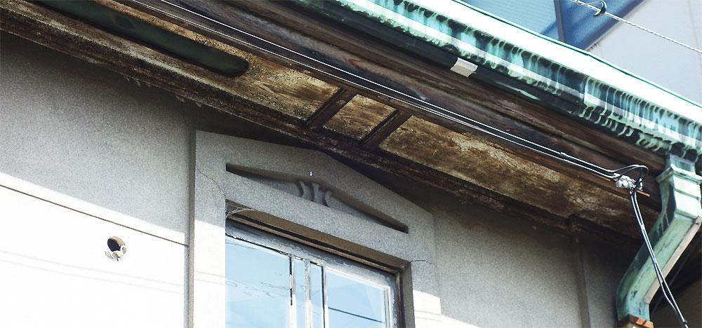 Walden Woods Kyoto (ウォールデン ウッズ キョウト)さんの二階を外から見たところ。昔の雰囲気を残している。