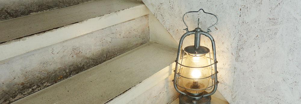 Walden Woods Kyoto (ウォールデン ウッズ キョウト)さんの階段途中の照明