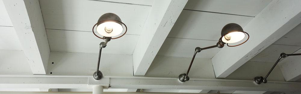 Walden Woods Kyoto (ウォールデン ウッズ キョウト)さんの一階の天井部分についてる照明。アンティークな感じ。