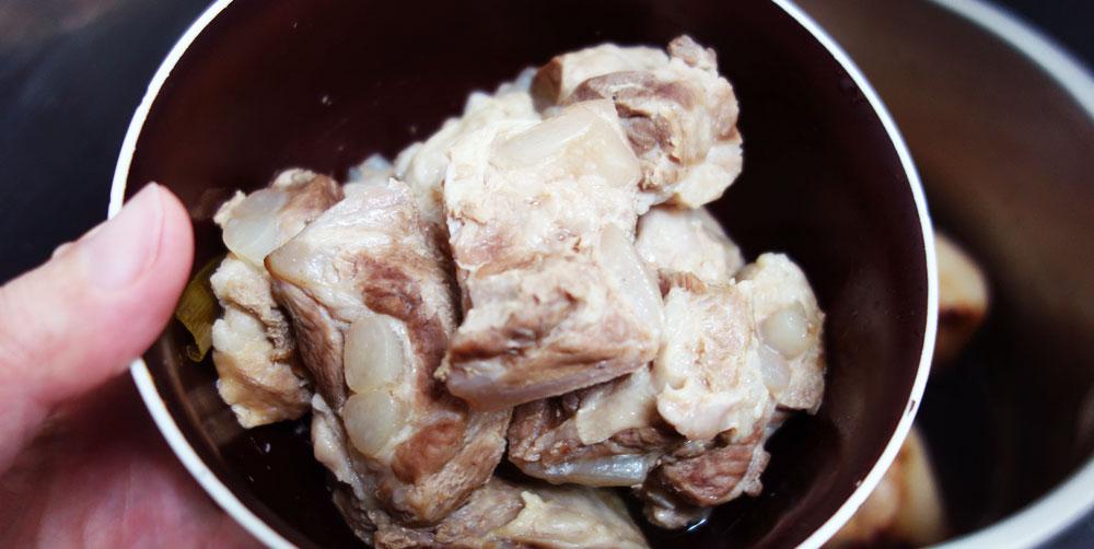 豚バラ軟骨の下茹で出来上がり。程よく油が抜けてる。