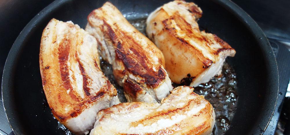 焼き豚はお鍋で煮る前に全体的に焼き目を付けます。