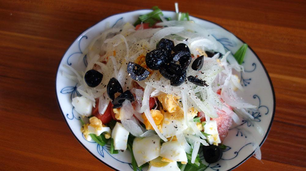 水菜・ゆで卵・オニオンスライス・ブラックオリーブ・トマトのサラダ