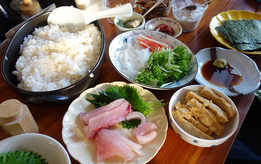 地味な色合いの手巻き寿司。赤色が少ないかも。二人前の手巻き寿司