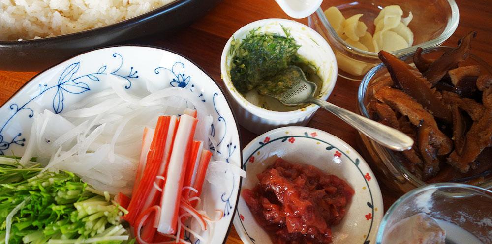 カニカマ オニオンスライス 水菜 梅肉 なんちゃって茎わさび おつけもの 干し椎茸と油揚げの甘辛煮 マヨネーズツナ
