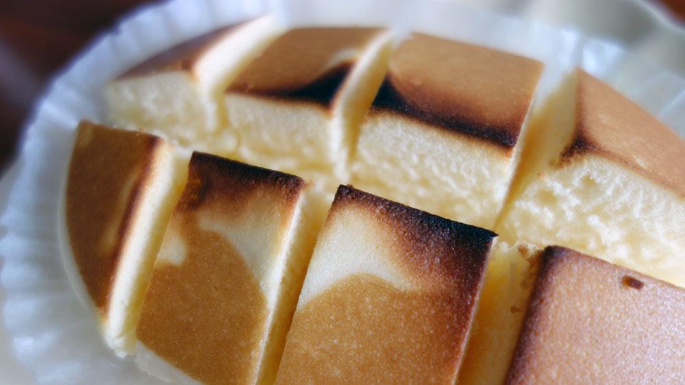 北海道チーズ蒸しケーキをカットして焼いた。