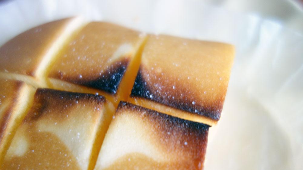 矢板北海道チーズ蒸しケーキにバターを挟んではちみつかけて、ちょっと塩をふる。